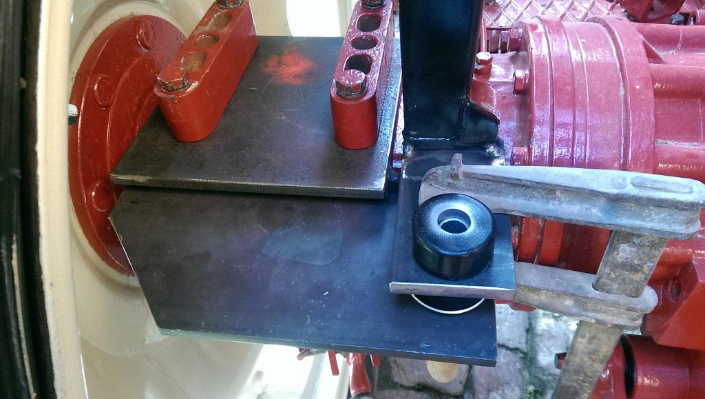 Hintere Adapterplatte links mit Schwingungslager